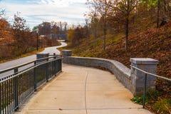 Sentier piéton à l'axe et à la traînée grands de parc de Piémont, Atlanta, Etats-Unis Photos stock