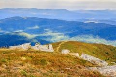 Sentier piéton à la conduite supérieure de colline dans des montagnes Photo libre de droits
