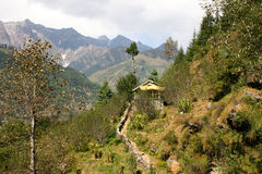 Sentier piéton à une petite maison dans les montagnes Photo stock