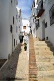 Sentier piéton étroit et étapes à Frigiliana - village blanc espagnol Andalousie Photos libres de droits