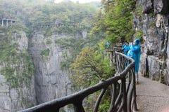 Sentier piéton autour des falaises en montagne de Tianmen, Chine Images stock