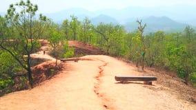 Sentier piéton d'argile rouge sur la falaise de Pai Canyon, Thaïlande banque de vidéos