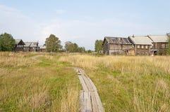 Sentier piéton en bois dans le village russe du nord Photo stock
