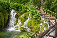 Sentier piéton en bois dans les lacs Plitvice Croatie Photographie stock libre de droits
