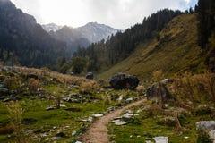 Sentier piéton en montagnes de l'Himalaya dans l'Inde dans la lumière de coucher du soleil Image libre de droits