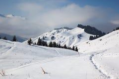 Sentier piéton en montagnes de l'hiver Images libres de droits
