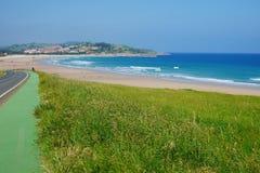 Sentier piéton et route le long de la plage à San Vicente de la Barquera Photo libre de droits
