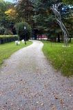 Sentier piéton et sculptures en parc de château Schloss Arenberg en Autriche Salzbourg image stock