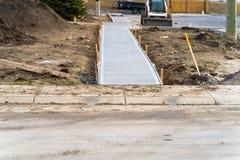 Sentier piéton nouvellement étendu sur le chantier de construction photo libre de droits