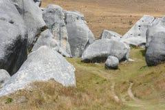 Sentier piéton par les rochers massifs à la colline de château Photos libres de droits