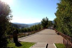 Sentier piéton pavé avec des Mountain View photos libres de droits