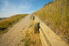 Sentier piéton sous les cieux bleus dans le domaine ouvert à la ferme photos stock
