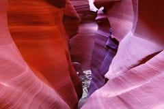 Sentier piéton souterrain coloré rougeoyant Photographie stock libre de droits