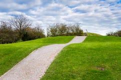 Sentier piéton vide de gravier jusqu'à une colline photo libre de droits