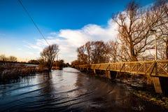 Sentier piéton augmenté au-dessus de route inondée Photographie stock libre de droits