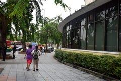 Sentieri per pedoni lungo la strada di Ratchadamnoen, Bangkok, Tailandia fotografia stock libera da diritti
