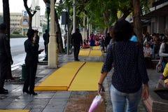 Sentieri per pedoni lungo la strada di Ratchadamnoen, Bangkok, Tailandia fotografie stock libere da diritti