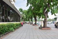 Sentieri per pedoni lungo la strada di Ratchadamnoen, Bangkok, Tailandia fotografie stock