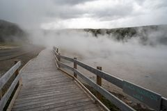Sentiero costiero attraverso vapore da una caratteristica termica nel parco nazionale di Yellowstone fotografia stock