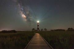 Sentiero costiero a Bodie Light ed alla galassia della Via Lattea Immagini Stock