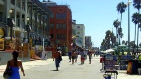 Sentiero costiero della spiaggia di Venezia con i negozi di ricordo stock footage