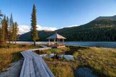 Sentiero costiero di legno lungo il lago nelle montagne Fotografia Stock