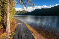 Sentiero costiero di legno lungo il lago nelle montagne Fotografie Stock