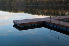 Sentiero costiero di legno nel lago fotografia stock libera da diritti
