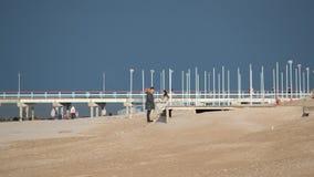 Sentiero costiero di palanga del ponte con la gente nell'inverno fotografia stock libera da diritti