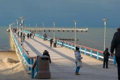 Sentiero costiero di palanga del ponte con la gente nell'inverno immagine stock libera da diritti
