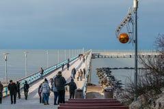 Sentiero costiero di palanga del ponte con la gente nell'inverno immagini stock libere da diritti