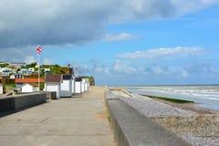 Sentiero costiero nella città del Saint-Aubin-sur-Mer in distretto di Caen Calvados in Basse Normandie Francia di nord-ovest immagini stock