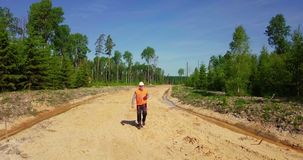 Sentiero forestale del controllo dell'ingegnere nuovo
