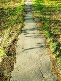 Sentiero per pedoni abbandonato che va al lontano Immagini Stock