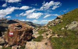 Sentiero per pedoni alpino di estate Fotografia Stock Libera da Diritti