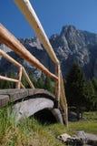 Sentiero per pedoni alpino: Ponticello di legno Immagini Stock Libere da Diritti