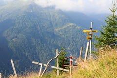 Sentiero per pedoni, cartelli e montagna nelle alpi, Austria Immagine Stock Libera da Diritti