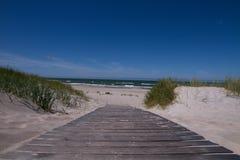 Sentiero per pedoni che conduce al mare con le onde Fotografia Stock