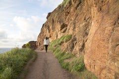 Sentiero per pedoni costiero della strada soprelevata di Giants; Contea Antrim; Irelan nordico immagine stock