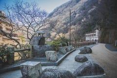 Sentiero per pedoni da una pietra naturale in parco Immagini Stock