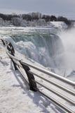 Sentiero per pedoni del Niagara Falls nell'orario invernale. Fotografie Stock Libere da Diritti