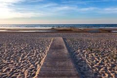 Sentiero per pedoni di legno al mare Immagini Stock