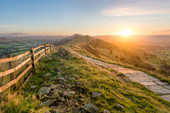 Sentiero per pedoni di pietra lungo la montagna Ridge In Peak District Immagini Stock Libere da Diritti
