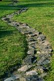 Sentiero per pedoni di pietra nel giardino Immagine Stock Libera da Diritti