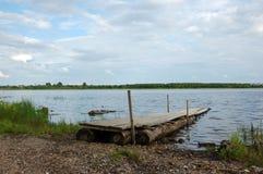 Sentiero per pedoni di Planked al riverbank Fotografia Stock