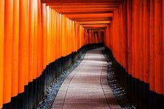 Sentiero per pedoni di Tori Gate di Fushimi Inari, Kyoto Fotografie Stock Libere da Diritti