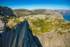 Sentiero per pedoni e Lysefjord, vista da Preikestolen, Norvegia fotografia stock libera da diritti