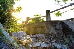 Sentiero per pedoni frequentato lungo l'oceano al tramonto con un'incandescenza sinistra Fotografia Stock Libera da Diritti