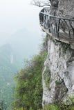 Sentiero per pedoni intorno a roccia in montagna di Tianmen, Cina Immagini Stock Libere da Diritti