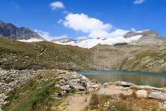 Sentiero per pedoni, lago e panorama del ghiacciaio con la montagna Kristallwand, alpi di Hohe Tauern, Austria Fotografie Stock Libere da Diritti